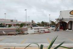 Gebrochen durch elektrischen hölzernen Beitrag des Hurrikans Stockbild