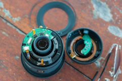 Gebrochen Stücke zum digitalen dslr Kameraobjektiv mit Unfall lizenzfreies stockfoto