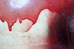 Gebrochen und rote und weiße Farbe auf Schmutzmetall tropfend Lizenzfreie Stockfotos