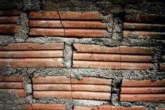 Gebrochene alte Backsteinmauer mit dunklem Licht Lizenzfreie Stockbilder