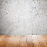 Gebrochene alte Betonmauer und Bretterboden Stockfotos