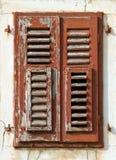 Gebrochene alte Fensterblendenverschlüsse Stockbild