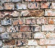 Gebrochene Backsteinmauer befleckt mit schwarzem Teer Stockfoto