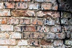 Gebrochene Backsteinmauer befleckt mit schwarzem Teer Lizenzfreie Stockfotos