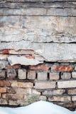 Gebrochene Backsteinmauer und Schnee Stockfotos