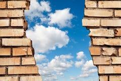 Gebrochene Backsteinmauer zur Himmelcollage lizenzfreie stockbilder