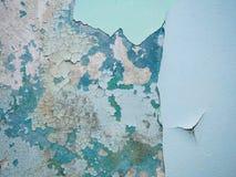 Gebrochene Beschaffenheit der Farbe Alte Farbe auf der Wand mit altem Gips und einige Farbschichten tauchen Nahaufnahme auf Makro Lizenzfreies Stockfoto