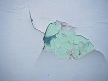 Gebrochene Beschaffenheit der Farbe Alte Farbe auf der Wand mit altem Gips und einige Farbschichten tauchen Nahaufnahme auf Makro Lizenzfreie Stockbilder