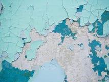 Gebrochene Beschaffenheit der Farbe Alte Farbe auf der Wand mit altem Gips und einige Farbschichten tauchen Nahaufnahme auf Makro Stockfoto