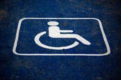 Gebrochene Beschaffenheit eines Handikap-Parkplatzes Stockbild