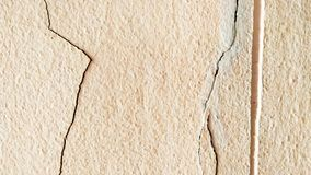 Gebrochene Betonmauer bedeckt mit grauer Zementoberfläche als Hintergrund stockfoto