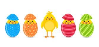 Gebrochene Eier mit netten kleinen Hühnern Stockfoto