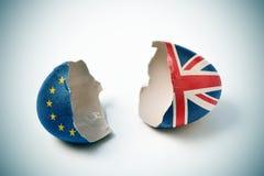 Gebrochene Eierschale kopiert mit dem europäischen und britischen fla Lizenzfreies Stockbild