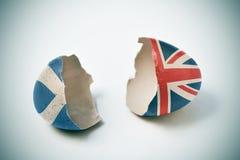 Gebrochene Eierschale mit den schottischen und britischen Flaggen Stockbilder