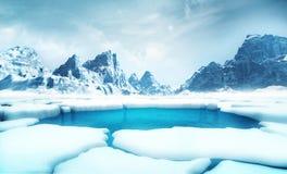Gebrochene Eisbergstücke mit großen Bergen hinter Hintergrund stock abbildung