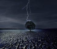 Gebrochene Erde und der Blitz Lizenzfreie Stockbilder