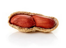 Gebrochene Erdnüsse auf weißem backround Stockbild