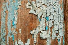 Gebrochene Farbe auf einer hölzernen Wand Wand von den hölzernen Planken mit Farbenspuren Stockbilder