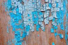 Gebrochene Farbe auf einer hölzernen Wand Wand von den hölzernen Planken mit Farbenspuren Lizenzfreie Stockbilder