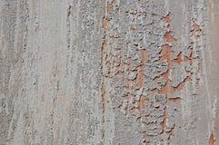 Gebrochene Farbe auf einer hölzernen Wand Wand von den hölzernen Planken mit Farbenspuren Stockfotografie