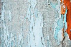 Gebrochene Farbe auf einer hölzernen Wand Wand von den hölzernen Planken mit Farbenspuren Stockfoto