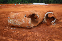 Gebrochene, gebrochene Zement-Rohre Stockfotos