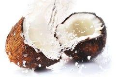 Gebrochene Kokosnuss mit Spritzen Lizenzfreies Stockbild