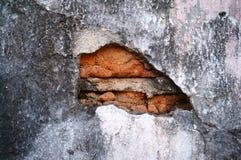 Gebrochene konkrete Weinlesebacksteinmauer Lizenzfreie Stockbilder