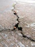 Gebrochene Straße mit neuer Lebensdauer Stockfotos