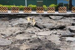 Gebrochene Straße nach dem Unfall Stockfotografie