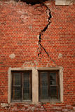 Gebrochene Wand auf altem Gebäude Stockbild