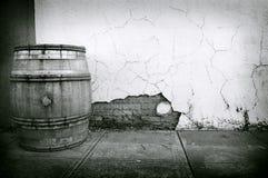Gebrochene Wand und Faß Stockbilder
