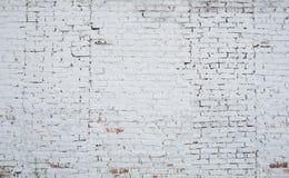 Gebrochene weiße Schmutzbacksteinmauer gemasert lizenzfreies stockbild