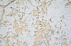 Gebrochene weiße und orange Farbe auf einer Wand Stockfotografie