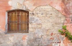 Gebrochene Weinlesewand mit Fenster und einer Betriebsniederlassung stockfotos