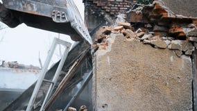 Gebrochene Ziegelsteine und Steine fallen unten stock video