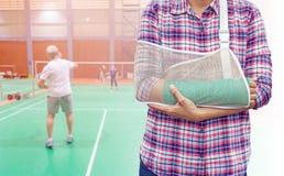 Gebrochener Arm mit Grünform und Armriemen Lizenzfreie Stockbilder