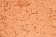 Gebrochener roter Boden nach einem Zeitraum der Dürre Lizenzfreie Stockfotos