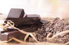 Gebrochener Stapel des Handwerkers Schokolade mit Teilen und Klumpen nah oben Stockbild