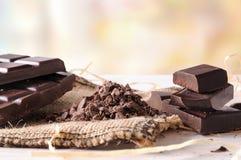 Gebrochener Tablettenstapel des Handwerkers Schokolade mit Teilen und Klumpen h Lizenzfreie Stockbilder