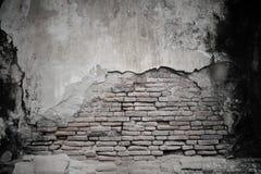 gebrochener Zement und alte Backsteinmauer Stockfoto