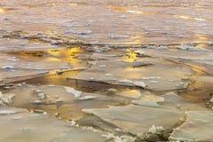 Gebrochenes Eis auf dem Fluss Wärmender Frühling, schmelzendes Eis Dunkelheit mit Beleuchtung lizenzfreies stockbild