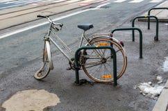 Gebrochenes Fahrrad geworfen auf Straße in der Stadt von Gent in Belgien stockbilder