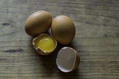 Gebrochenes frisches Brown weidete Eier Stockfotos