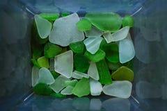 Gebrochenes Glas vom Meer vieler Farben und Größen werden auf unseren schälenden Stränden gefunden Draufsicht, Marinekonzept lizenzfreies stockbild