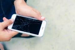 Gebrochenes Telefon auf Mann ` s Händen Lizenzfreies Stockbild