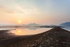 Gebrochenes trockenes Land ohne Wasser entziehen Sie Hintergrund lizenzfreie stockfotografie