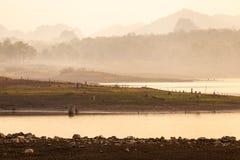 Gebrochenes trockenes Land ohne Wasser entziehen Sie Hintergrund lizenzfreie stockfotos