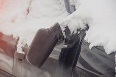 Gebroken achteruitkijkspiegel op de zwarte winter van de autospiegel stock afbeeldingen
