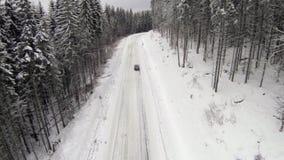 Gebroken auto op een kant van de weg van de winterweg in de Karpatische Bergen stock video